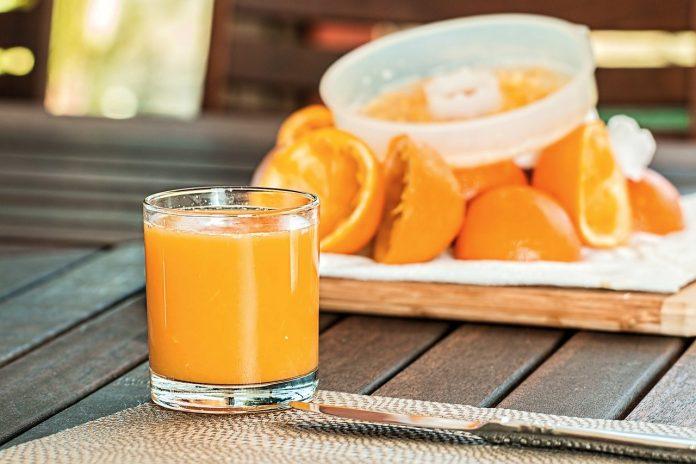 Picie soku pomarańczowego