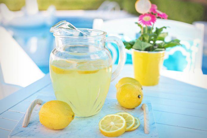 Woda z cytryną do picia